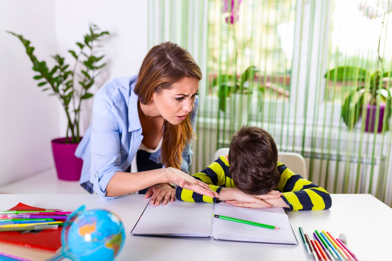 colère défi gronder déception déception mère fils devoirs devoirs école cahier stylo enseignement apprentissage idiot