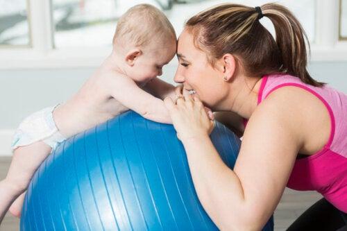 Gimnasia hipopresiva: 3 ejercicios durante el posparto