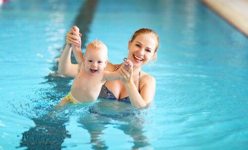 6 ejercicios de natación para tu bebé