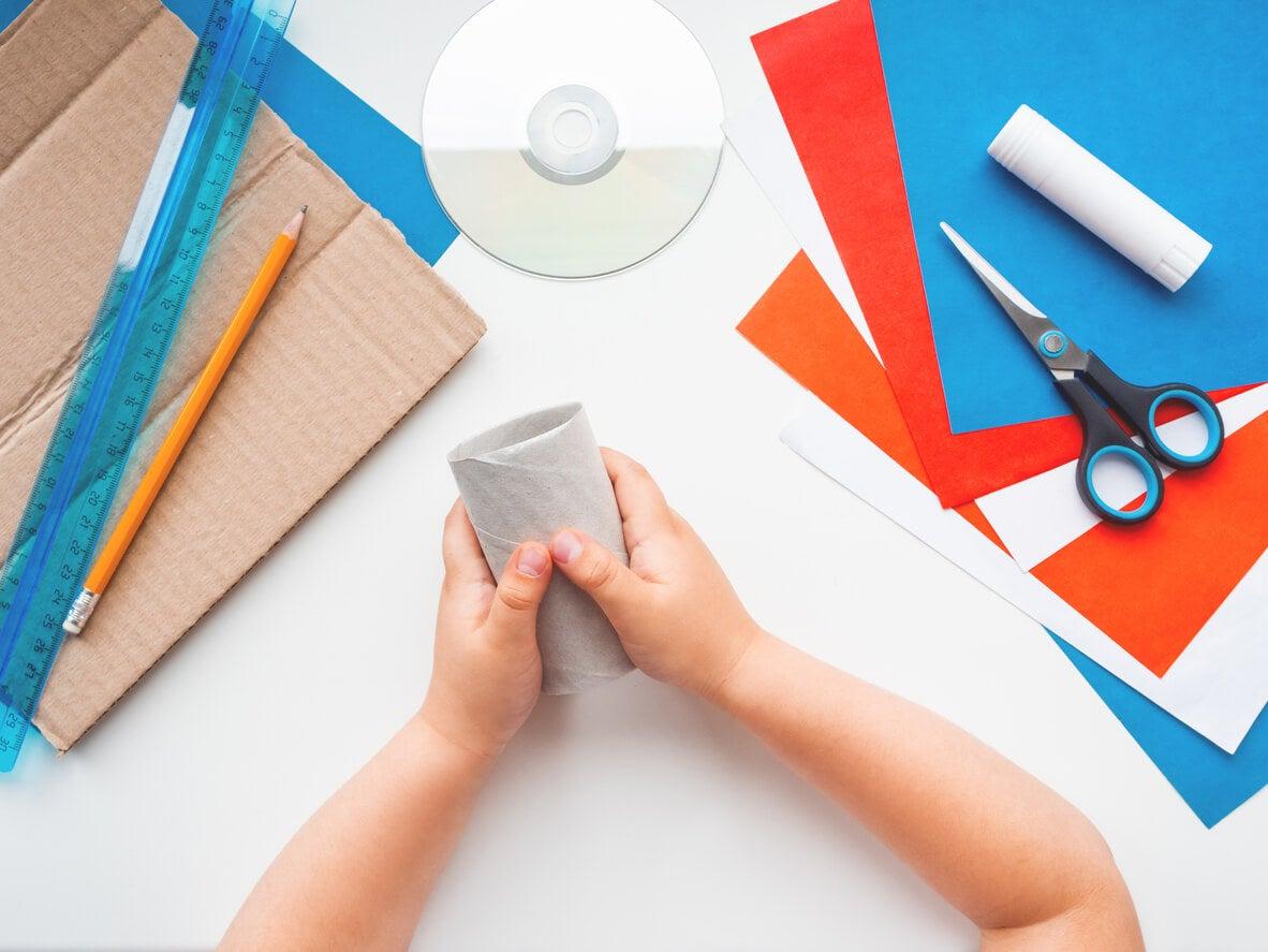 mano nino nene pequena recicla reutiliza rollo papel higienico carton manualidad papel color tijera disco regla lapiz pegamento actividad juego aprendizaje