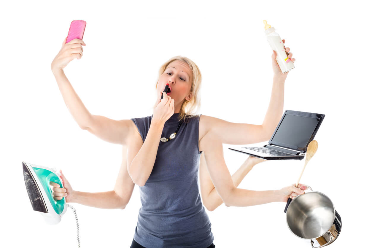 multi tarea tasking casa hogar hijos trabajo oficina laptop belleza maquillaje mujer plancha cocina olla cacerola celular foto selfie