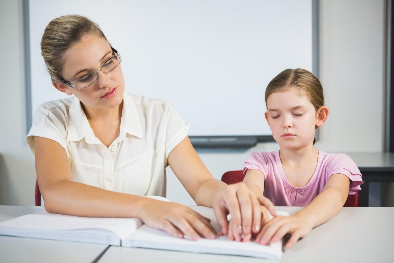 escuela educacion inclusiva nina necesidades educativas especales ceguera ciega no vidente lee braile maestra apoyo ayuda integra adapta