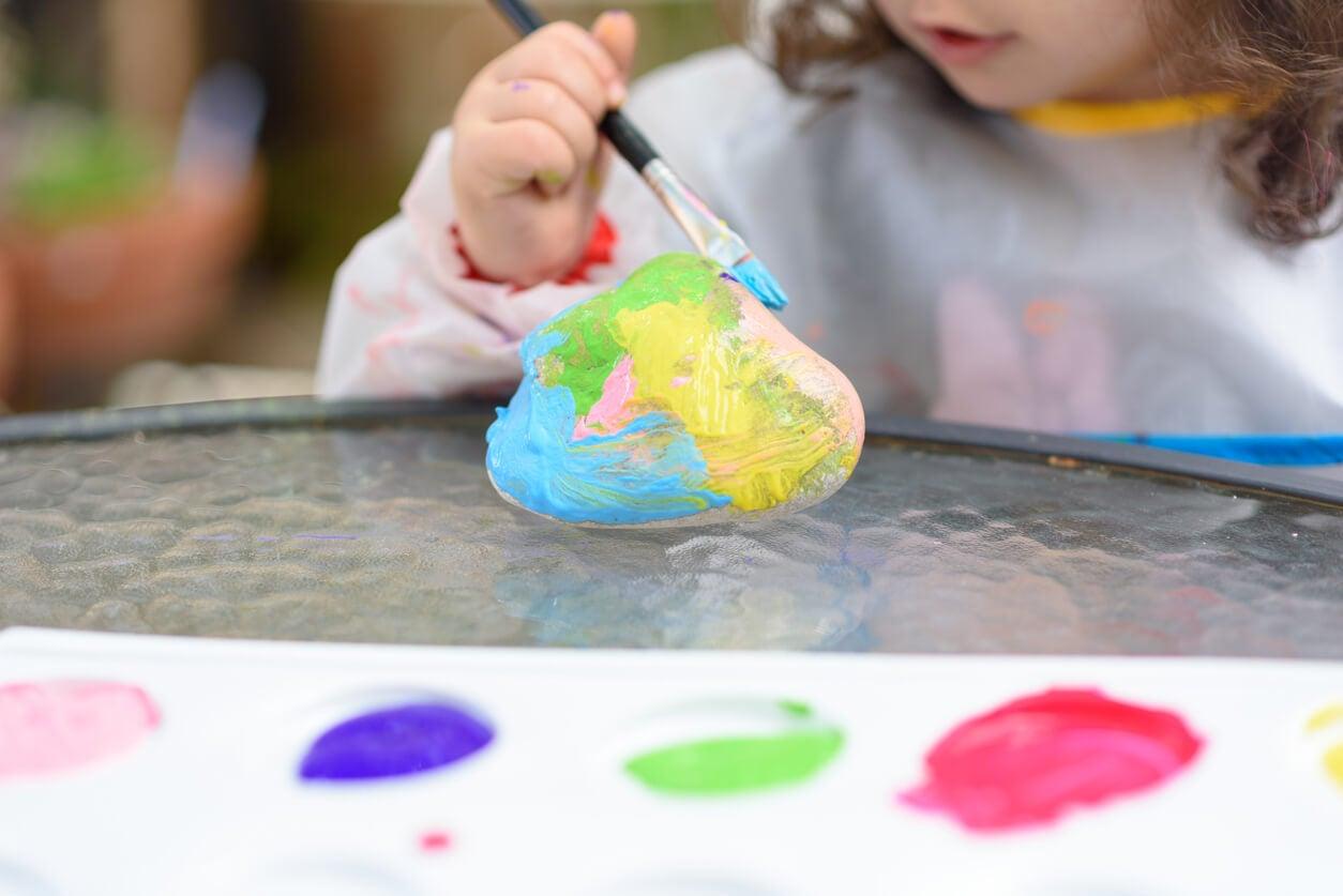 manualidad pintura piedras arte entretenimiento nina pinta color pincel