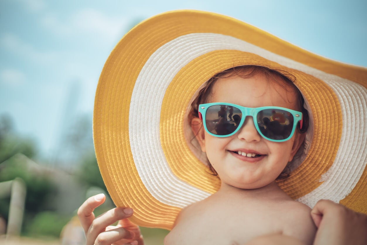 Un enfant avec un chapeau.