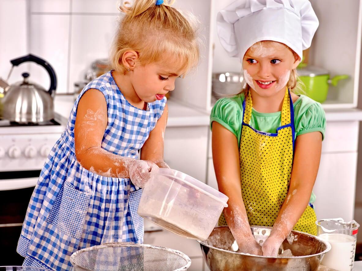 ninas nenas cocinan solas preparan torta cocina autonomia boul harina amasa agua gorro cocinero hermanas peuden solas
