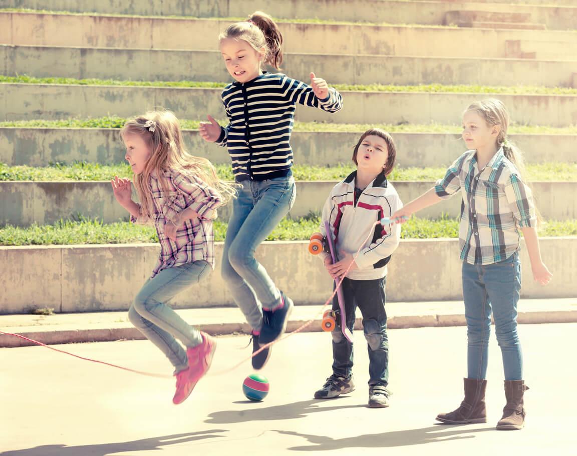 salto saltan comba cuerda ninas nenas juego grupal aire libre escuela recreo