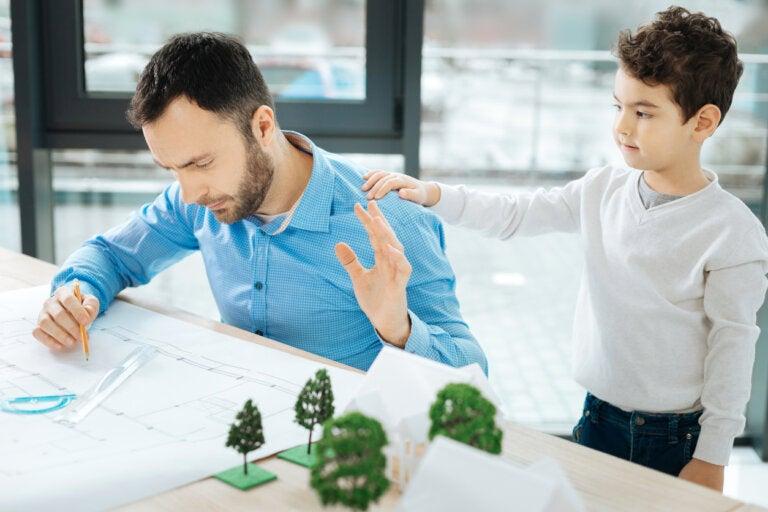 Cómo enseñar a tu hijo a no interrumpir