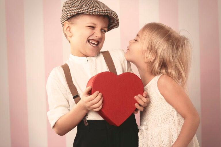Obligar a los niños a besar: conoce por qué no hacerlo