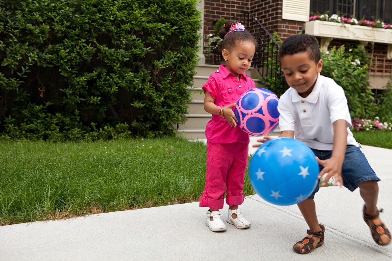 nino nina rebota pelota mano piso pie coordinacion ojo visual motora espacial juego actividad fisica capacidad desarrollo infancia salud deporte