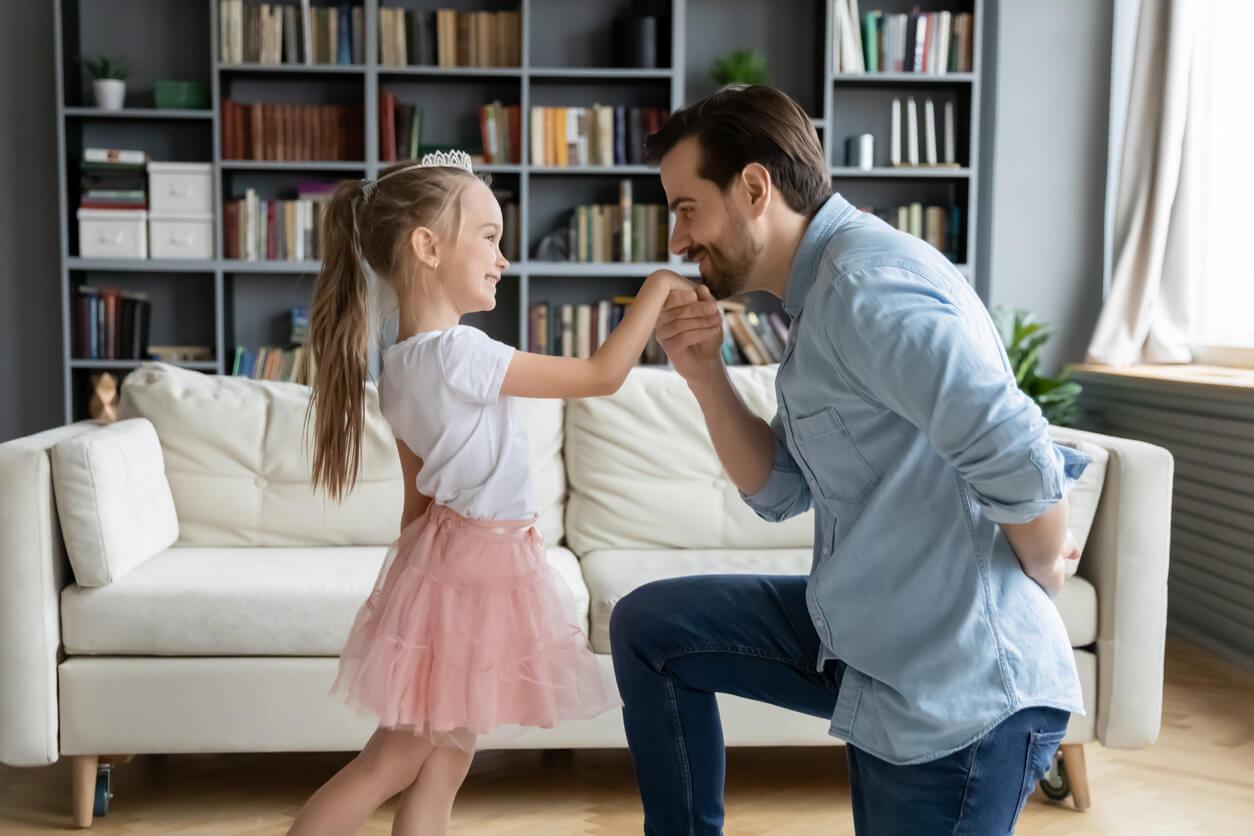 chevalerie respect geste amour salutation père tenir main fille bébé princesse heureux parentalité