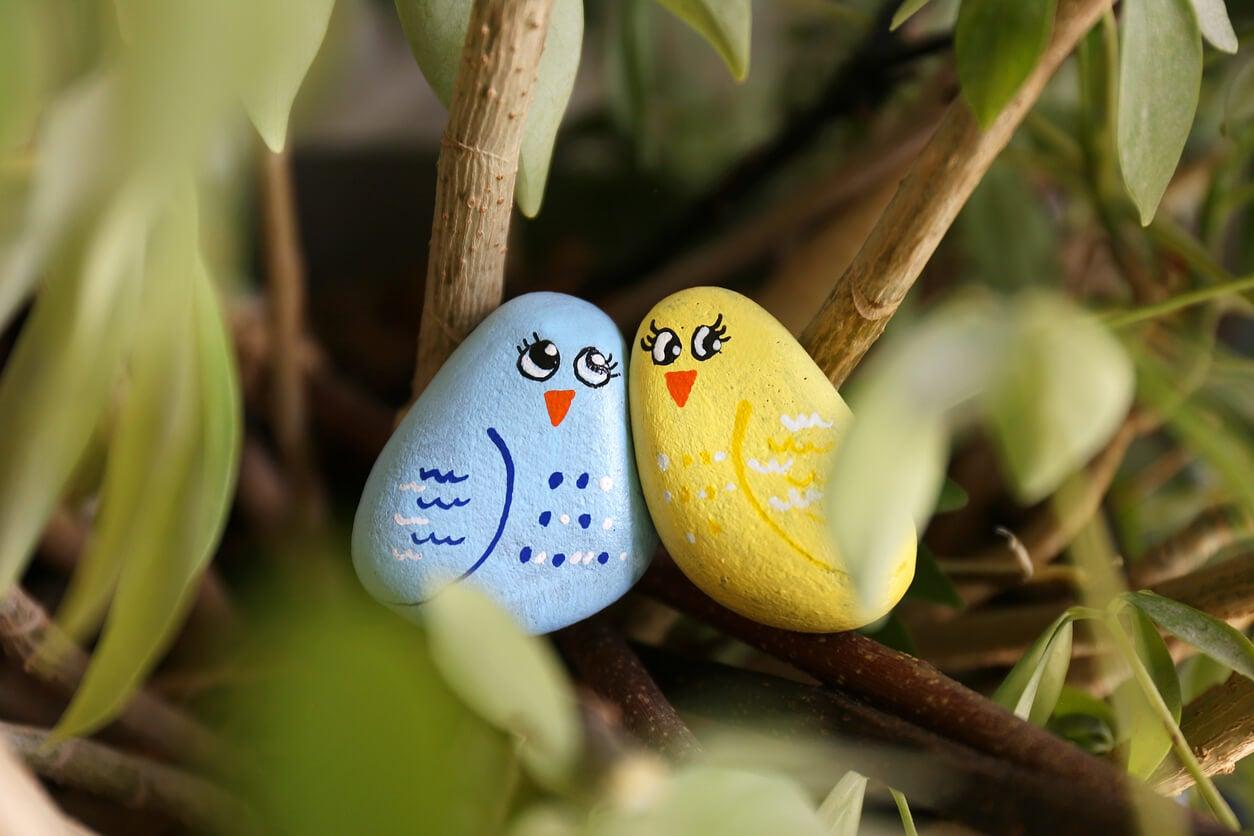 manualidad piedras pintadas aves pajaros arbol naturaleza muerta arte