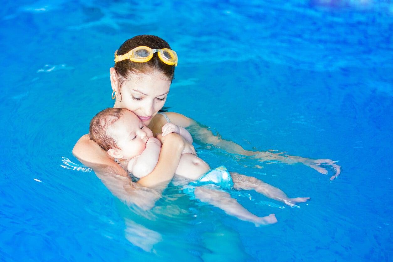matronatacion actividad fisica agua mama bebe padres estimulo