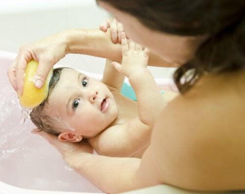5 miedos que enfrentan todas las mamás primerizas al bañar a sus bebés por primera vez