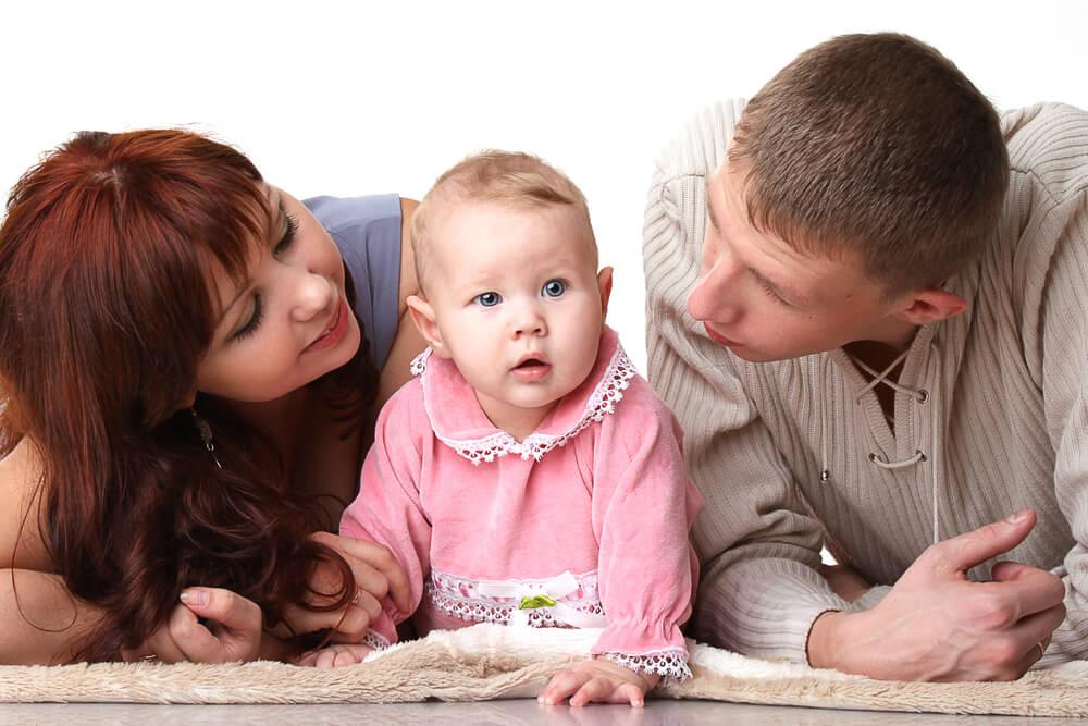Pais conversando com seu bebê