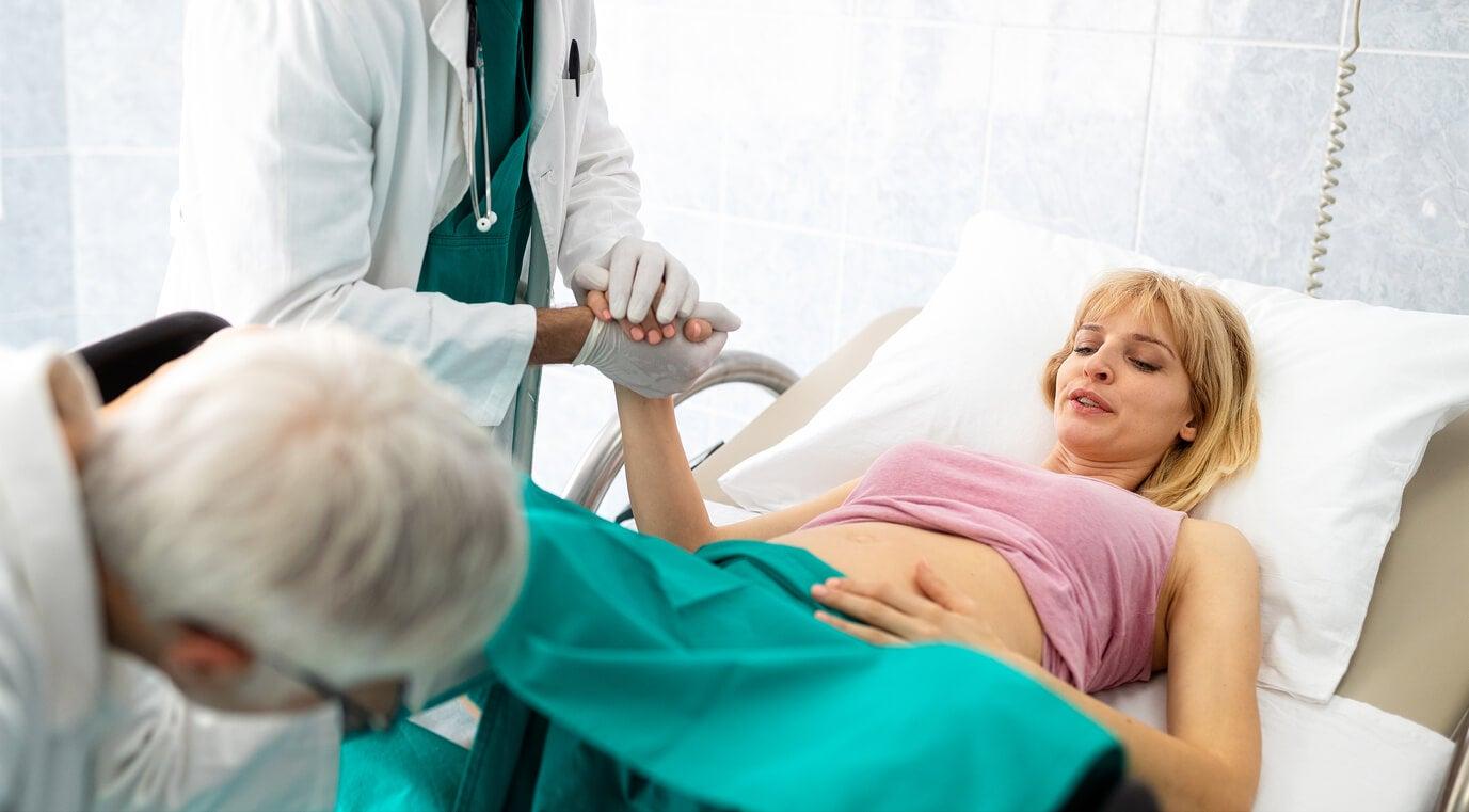 Une femme en position allongée pendant le travail de l'accouchement.