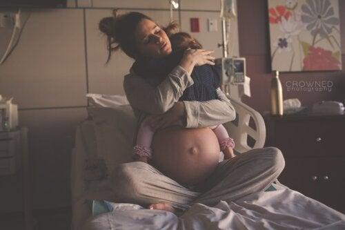 Emotiva foto: madre abrazando a su hija antes de recibir a su nuevo bebé