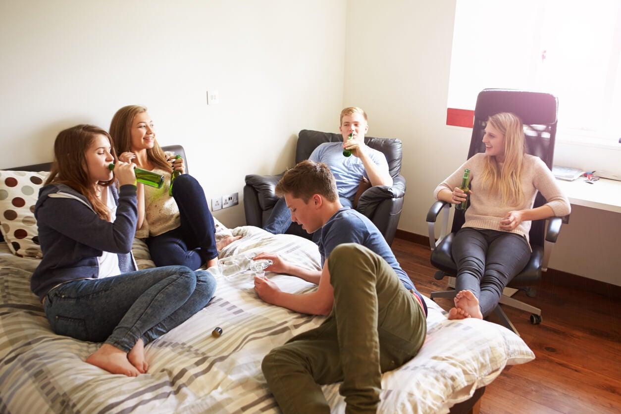 junto casa grupo círculo par amigos íntimos consumo bebida álcool