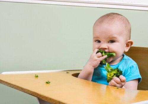 Cómo alimentar a un bebé durante la dentición