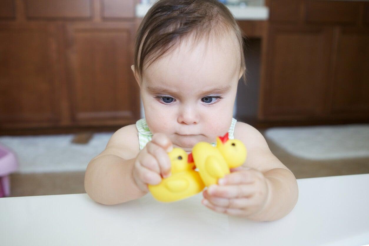 bebe nena estrabismo convergente fija mirada objeto pato goma