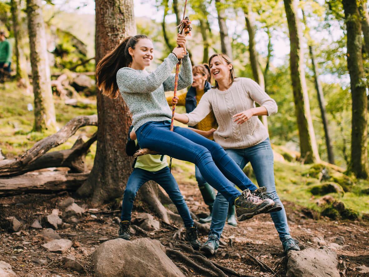 ocio juego aire libre columpio arbol cuerda nina adolescente diversion tiempo libre