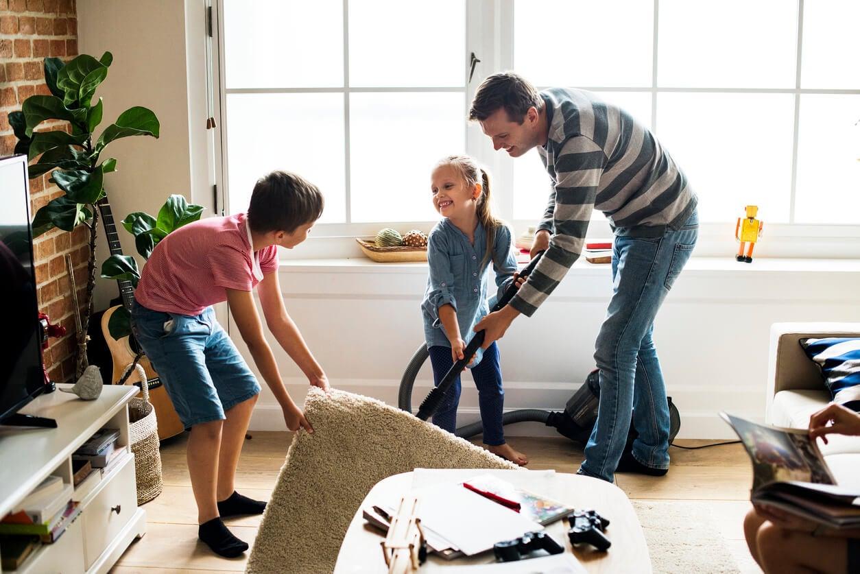 familia padre hijos limpian hogar sala trabajo compartido responsabilidades