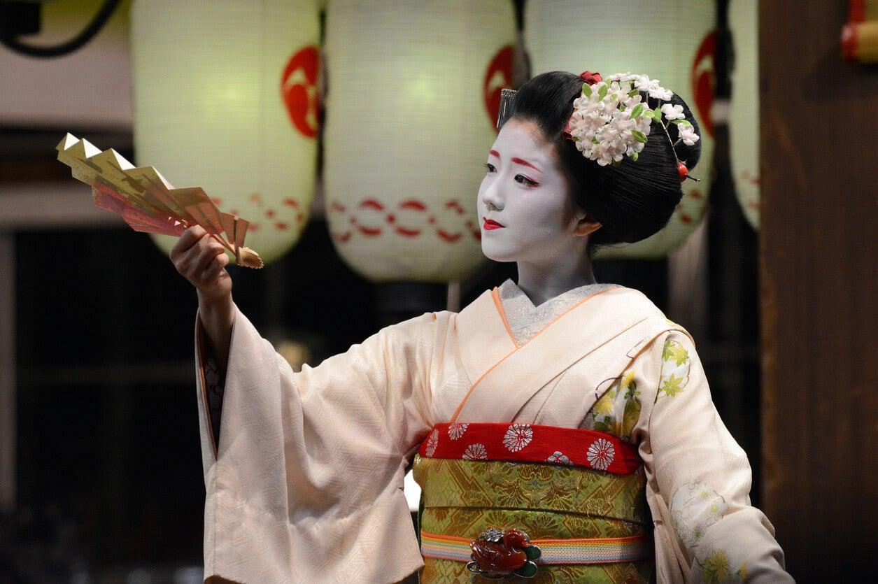 mujer japonesa cultura vestimenta kimono escena