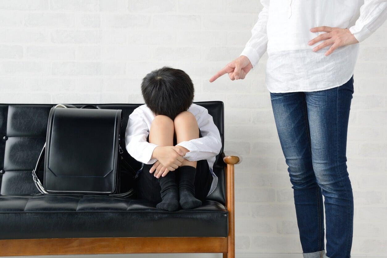 sobreprotectora disciplina hijo regana