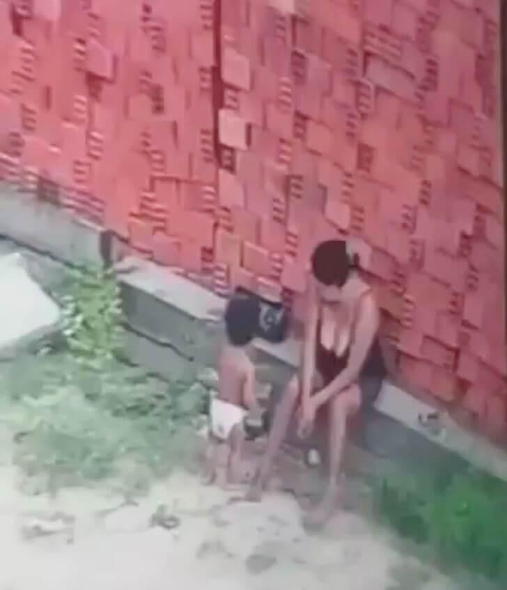 El hijo alertando a la mamá.