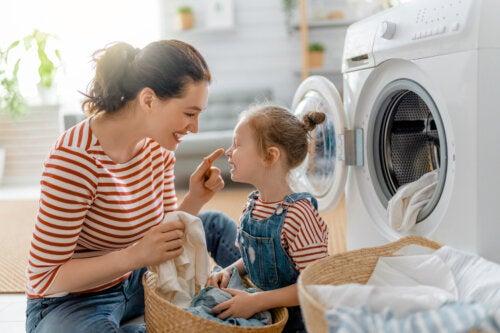 Razones por las que debemos enseñar a nuestros hijos a realizar trabajos invisibles en el hogar