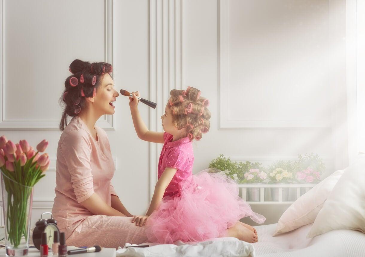 madre e figlia make up bigodini bigodini parrucchiere gioco trucco cura femminile