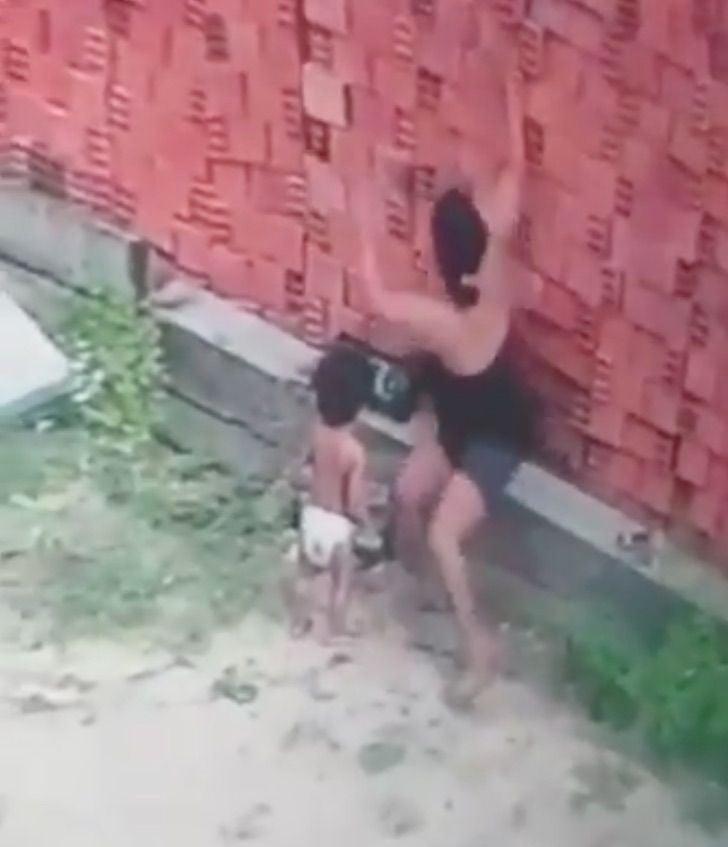 Madre empezando a proteger al niño.