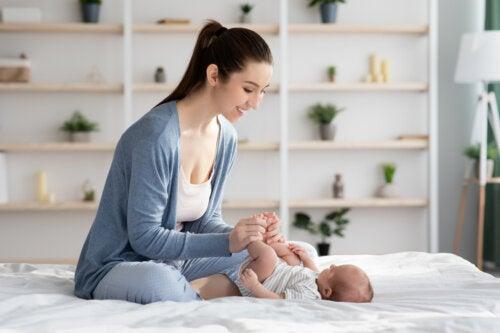 Masajes para aliviar los cólicos del lactante: paso a paso