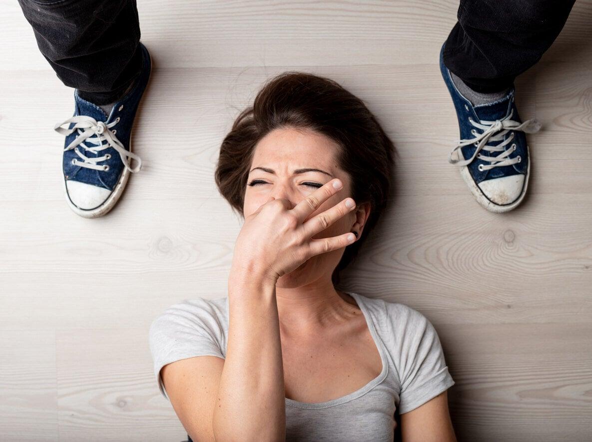 mujer piso desmayo olor desagradable pies zapatillas adolescente