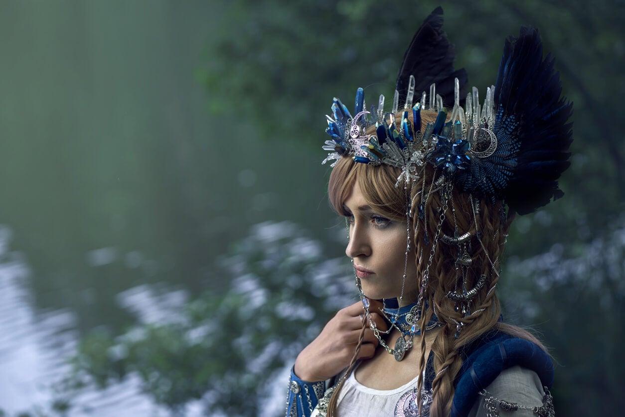 mujer disfrazada de guerrera valkiria