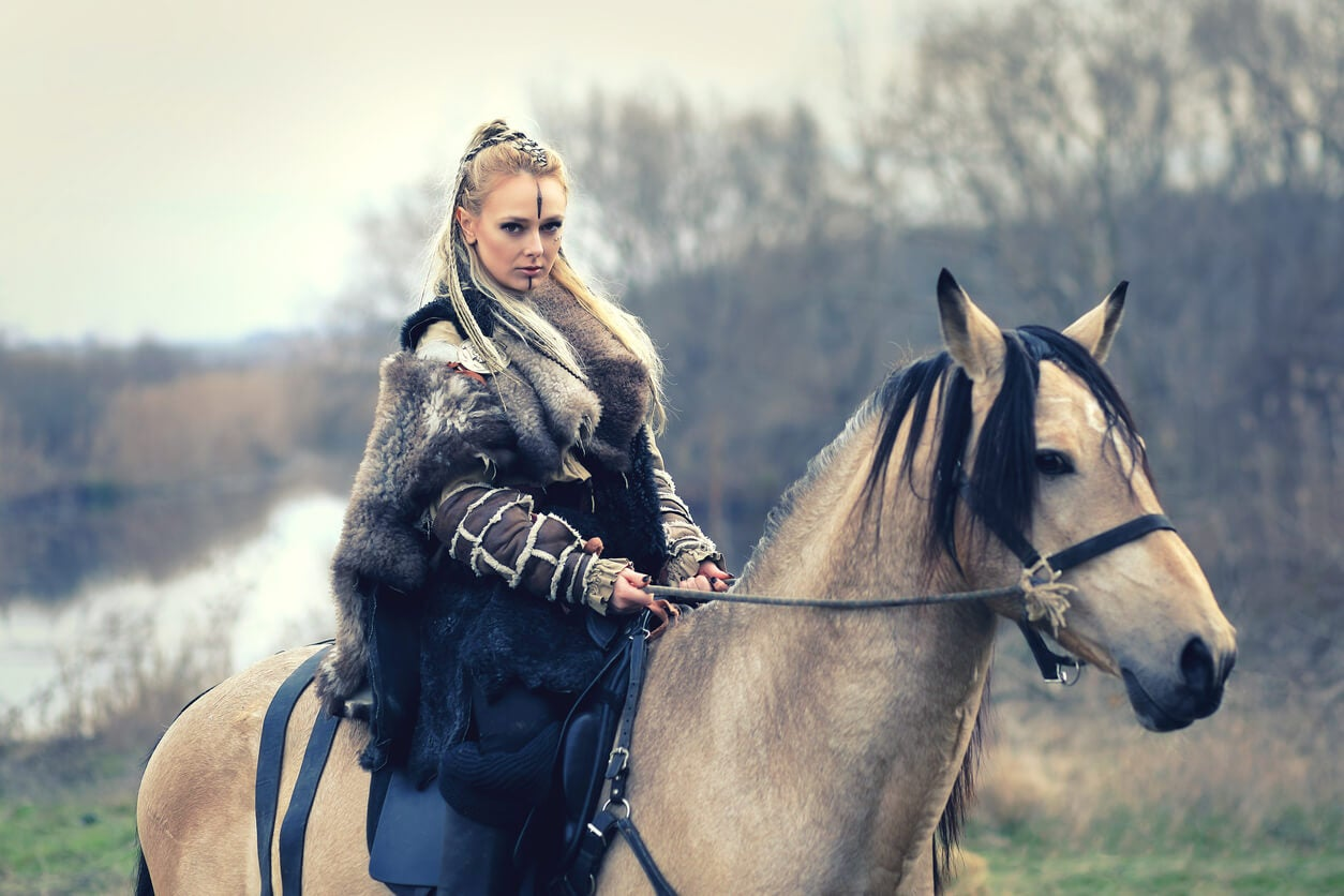 mujer vikinga a caballo bosque invierno pieles