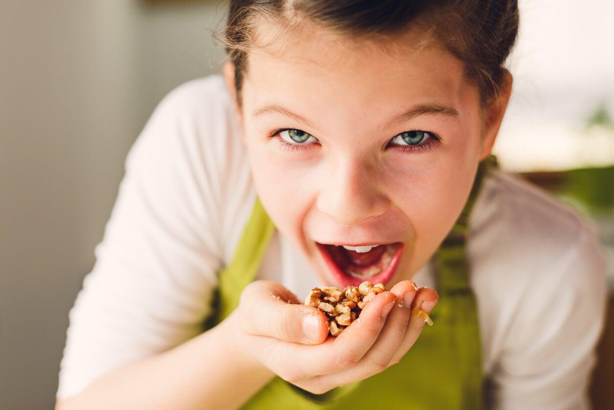 nena come nueces frutos secos