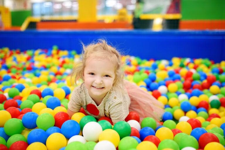 4 beneficios de la piscina de bolas para los niños