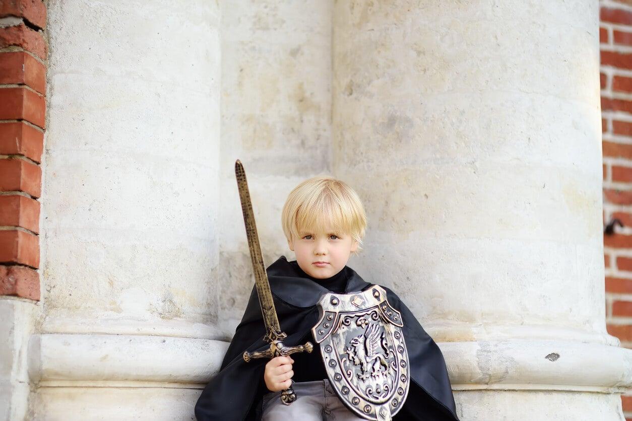 nino caballero medieval disfraz valiente capa espada escudo