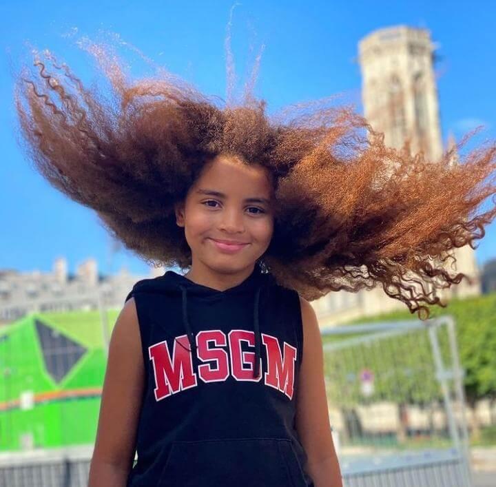Farouk James petit garçon aux cheveux longs