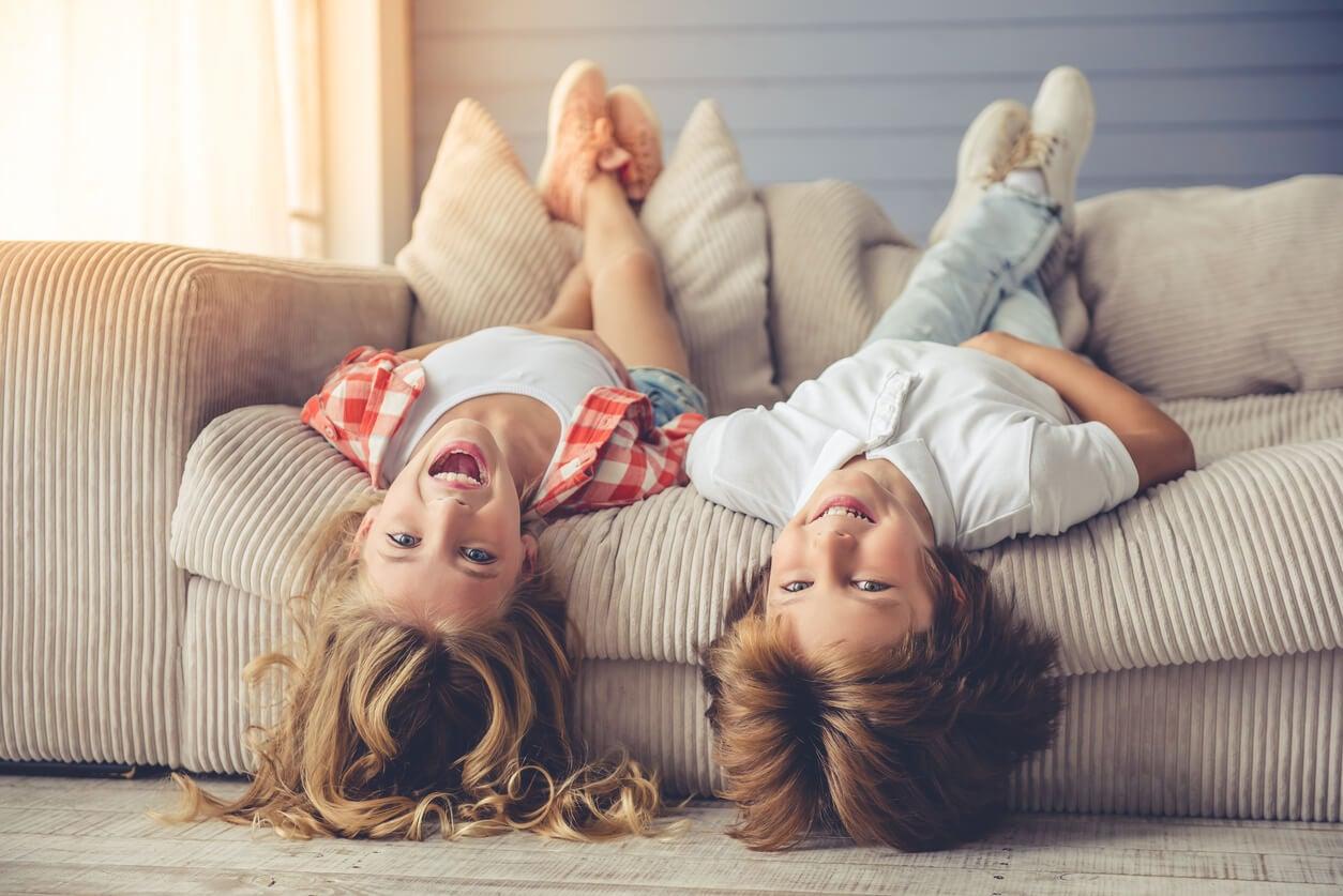 concepto relajacion ninos acostados en el sofa sala sillon