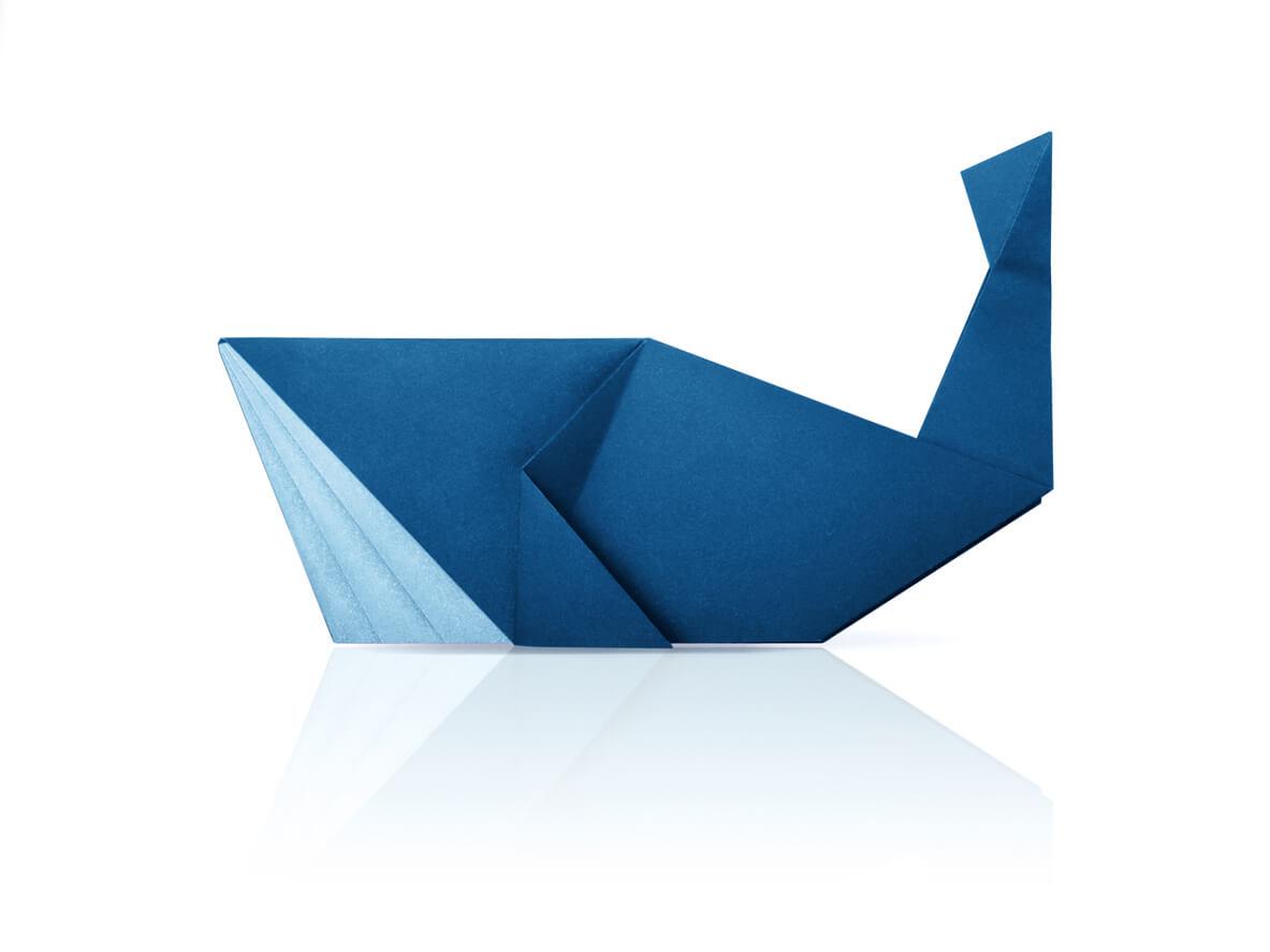 Une baleine bleue en origami.