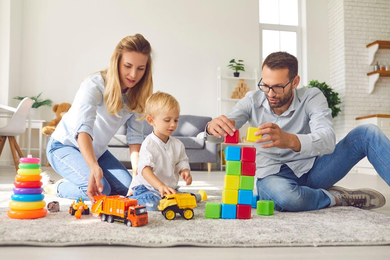 familia juega juntos padre madre nino bloques encastre arrastre estimulacion psicomotricidad temprana neuro desarrollo