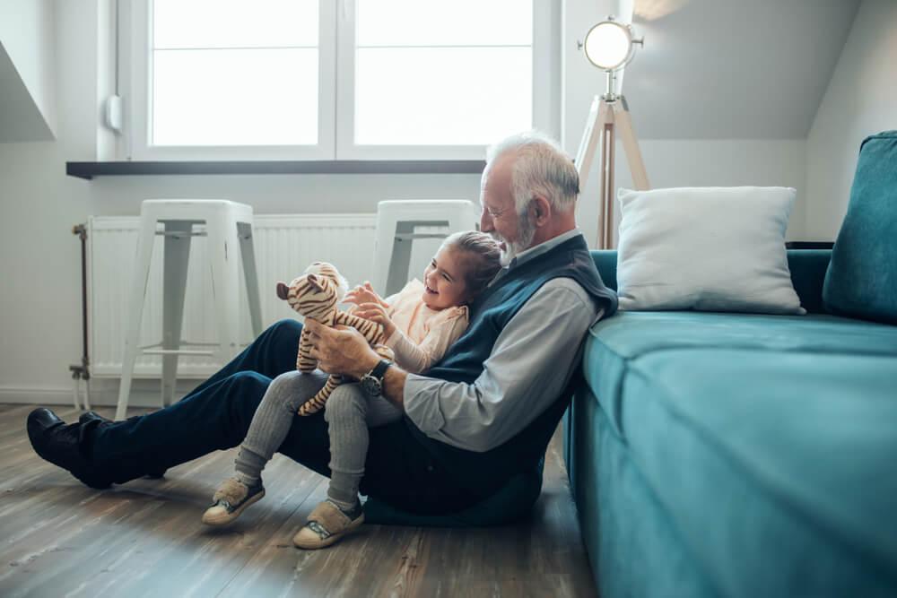 Abuelo jugando con su nieta.