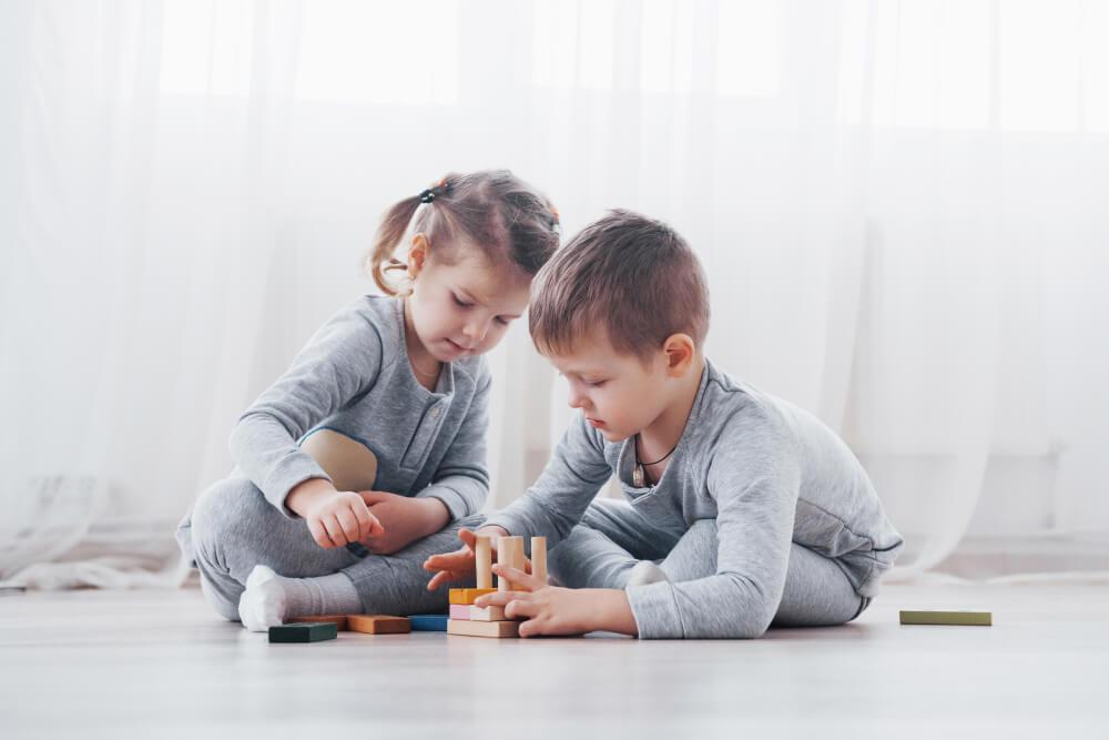 enfants qui jouent ensemble