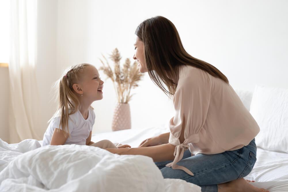 maman qui utilise la méthode de la rose et de l'épine avec sa petite fille
