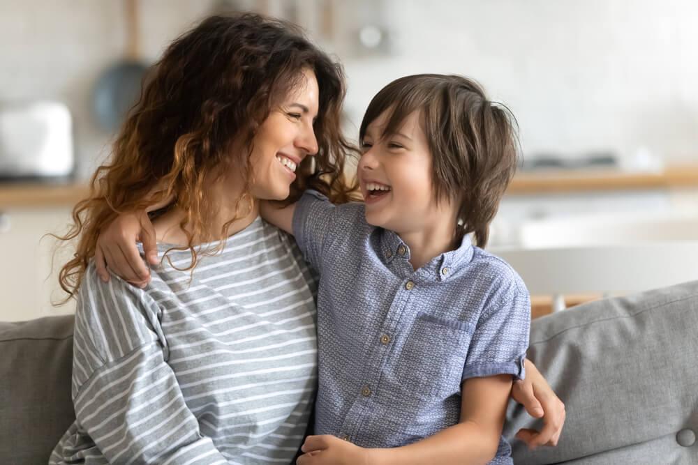 petit garçon qui parle de l'école avec sa mère
