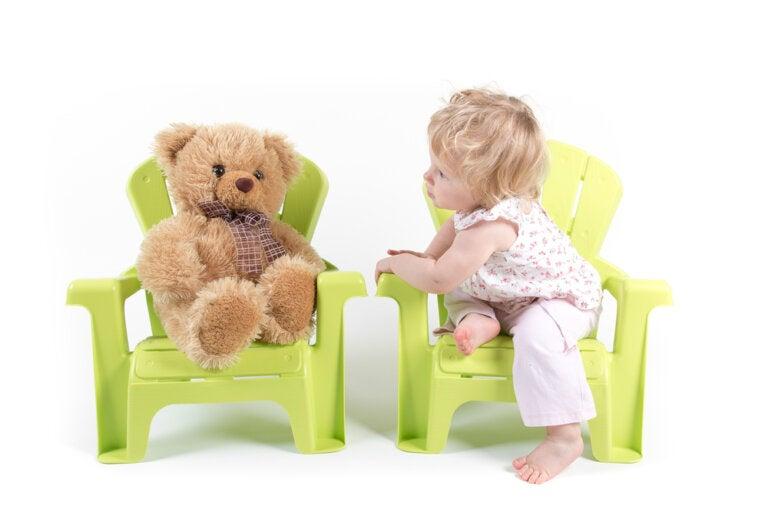 Beneficios para el desarrollo de tu hijo si cuando juega habla solo