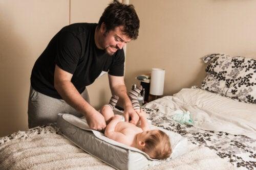 El padre que atiende a sus hijos, no ayuda a la madre, está desempeñando su paternidad