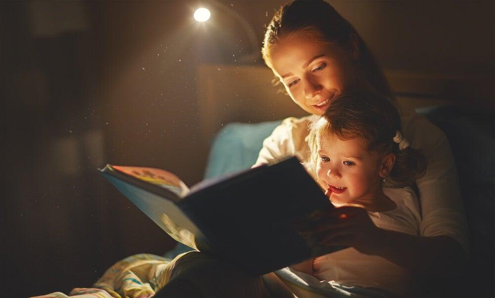 Mamá e hija leyendo un cuento.