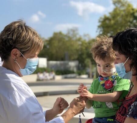 El bebé junto a los médicos